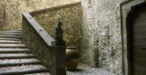 Castello di Bracciano: scala interna con la statua dell'Orsa