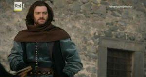 Lorenzo a cavallo nel piazzale delle scuderie del castello di Bracciano