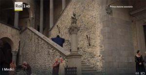 Stuart Martin interpreta Lorenzo de' Medici nel cortile del Castello di Bracciano