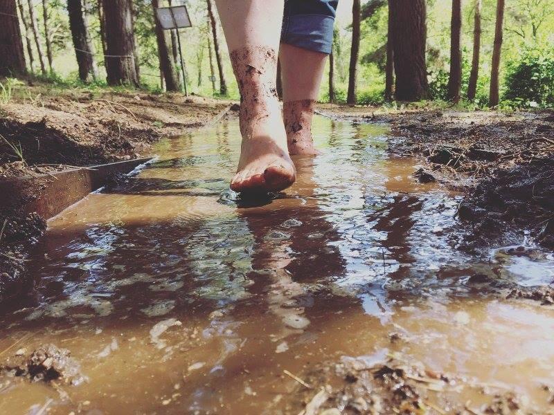 a piedi scalzi nel percorso del fango