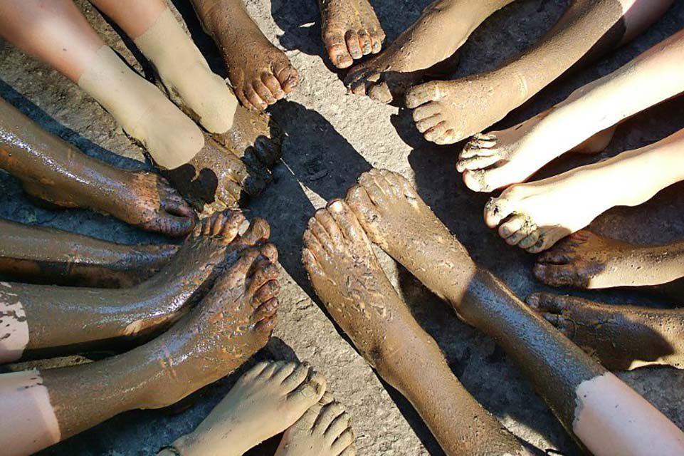 piedi infangati dopo il percorso sensoriale