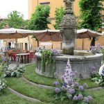 fontana nel quartiere San Pellegrino durante la festa in fiore