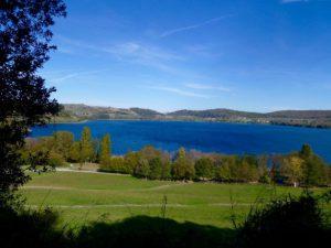 il lago di Martignano visto delle colline