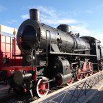Locomotiva a vapore parcheggiata in stazione