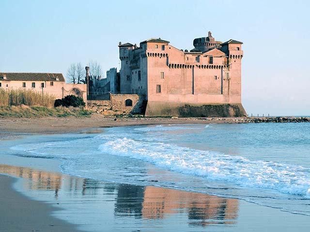 il castello di Santa Severa visto dalla spiaggia