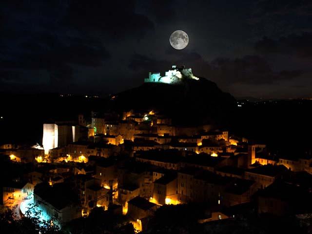 vista notturna di Tolfa durante la luna piena