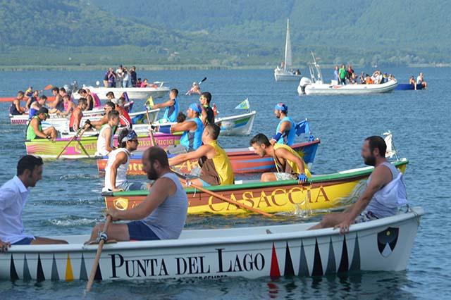 barche allineate alla partenza del Palio di Vico