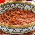 scodella di fagioli conditi con sugo e verdure
