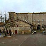 la piazza principale di Castel Giuliano