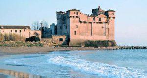 spiaggia di Santa Severa con il castello